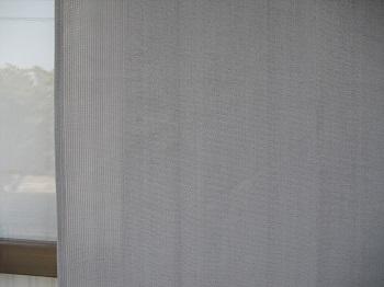 山善の日除けシェードを室外側からアップで撮影した写真