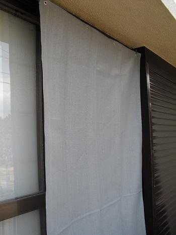山善のシェード(ライトグレー)を室外側から見た写真