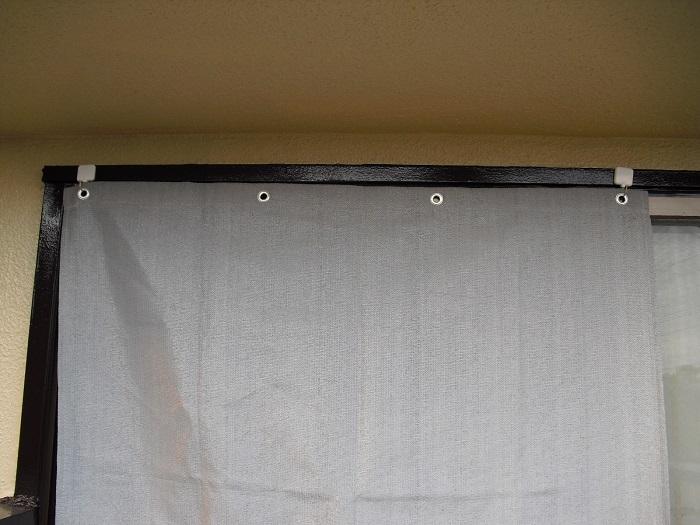 シェードを磁石フックで窓枠に取り付けた写真