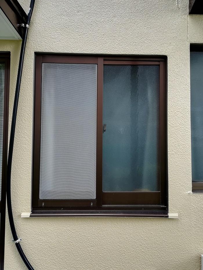 エコ面格子を取付予定の腰高窓の写真